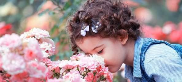 baby-girl-smelling-pink-roses-gabriela-insuratelu