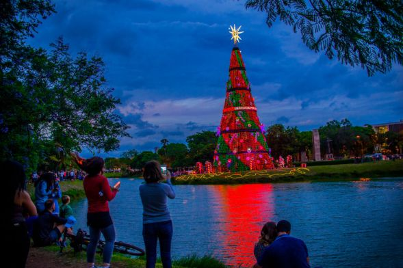 Families enjoy the Christmas tree in the Ibirapuera Park in Sao Paulo, Brazil, on 28 November 2018. A tourist attraction at the end of the year in São Paulo, the Christmas tree is inside the Ibirapuera Park. Traditional symbol of the Christmas season in the city, the tree 40 meters high and 15 meters wide is available for public visitation from November 25th to January 6th, from 5am to midnight. (Photo by Cris Faga/NurPhoto via Getty Images)