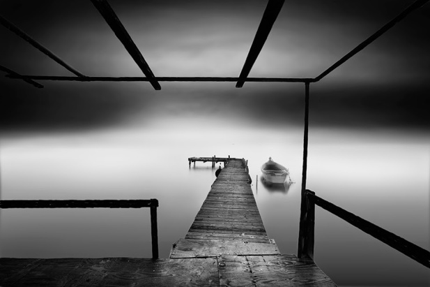 05-Vassilis-Tangoulis-The-Sound-of-Silence-in-Black-and-White-Photographs-www-designstack-co