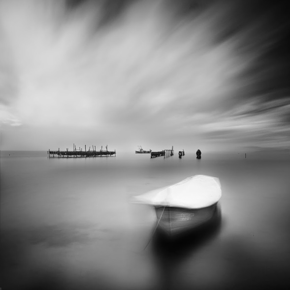 12-Vassilis-Tangoulis-The-Sound-of-Silence-in-Black-and-White-Photographs-www-designstack-co