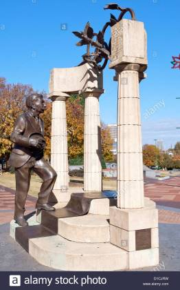 side-view-of-statue-of-pierre-de-coubertin-at-the-centennial-olympic-D1CJRW