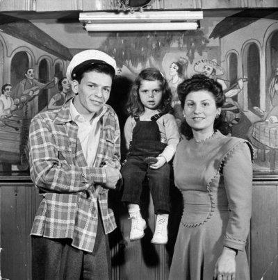 HASBROUK HEIGHTS, UNITED STATES - MAY 01: Entertainer Frank Sinatra with wife Nancy and 3 yr-old daughter Nancy Jr.at home. (Photo by Herbert Gehr/The LIFE Images Collection/Getty Images)